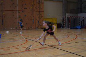 Charlotte, plus jeune joueuse du tournoi et déjà des attitudes de pro ! (posture ninja au retour de service validée !)